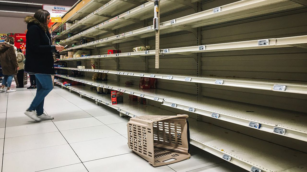 En France, plusieurs distributeurs ont affirmé que des magasins avaient été «dévalisés», avec des rayons vidés de leurs produits, notamment les pâtes.