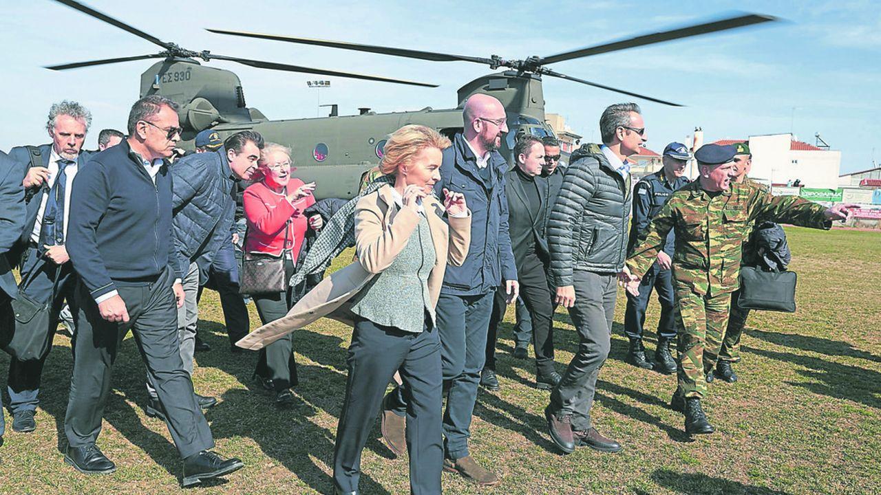 Ursula von der Leyen, la présidente de la Commission européenne, et le président du Conseil européen, Charles Michel, à sa gauche, ont survolé la frontière entre la Grèce et la Turquie, mardi, en présence du Premier ministre grec, Kyriakos Mitsotakis, et du président du Conseil européen, David Sassoli.