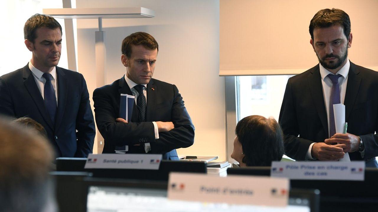 Accompagné du nouveau ministre de la Santé, Olivier Veran, Emmanuel Macron s'est rendu mardi après-midi au centre de crise du ministère de la Santé.