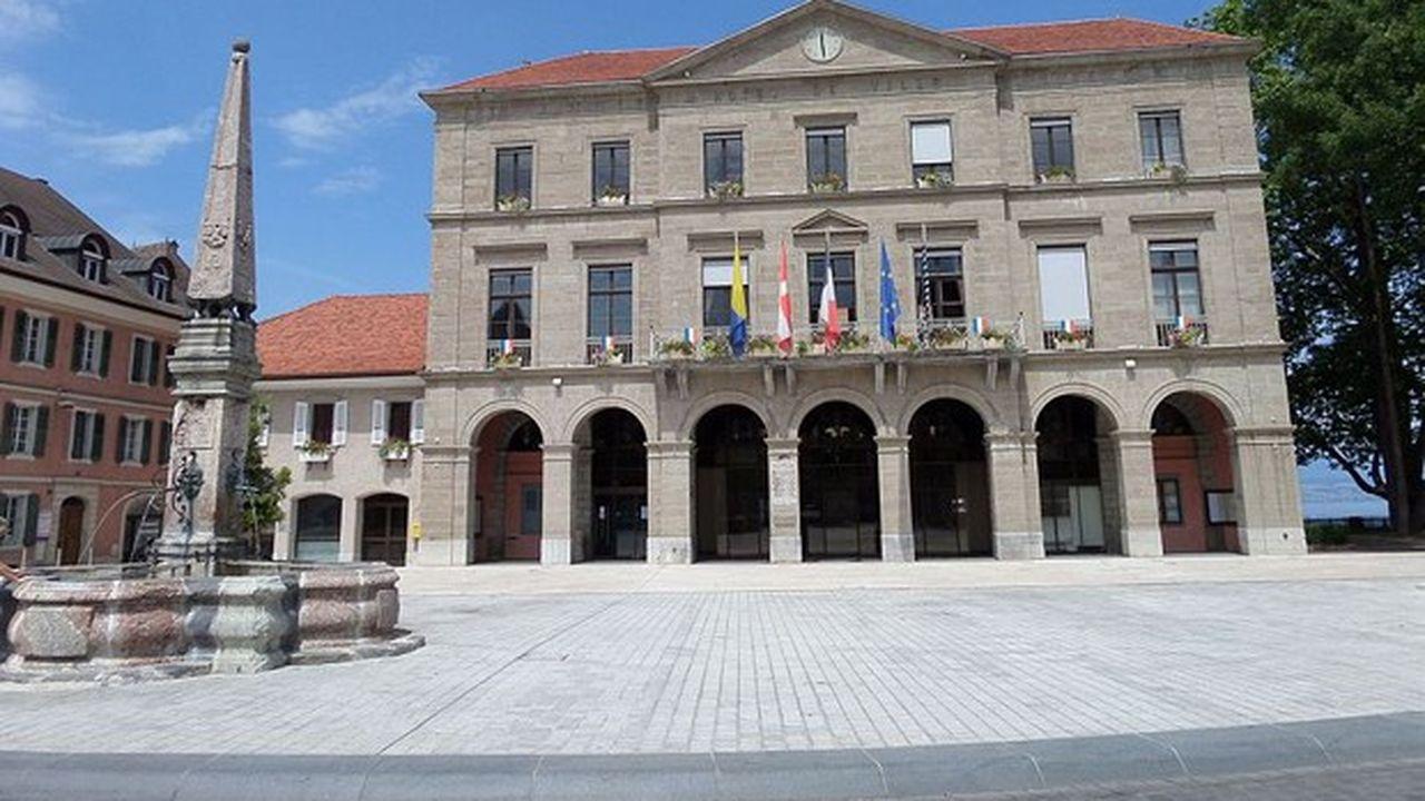 Le maire sortant Jean Denais (DVD), qui dirige la ville de Haute-Savoie depuis 25 ans, ne se représente pas.