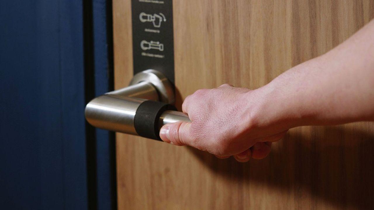 Chaque ouverture de porte déclenche l'activation d'une bague mécanique, qui sert de réservoir au désinfectant.
