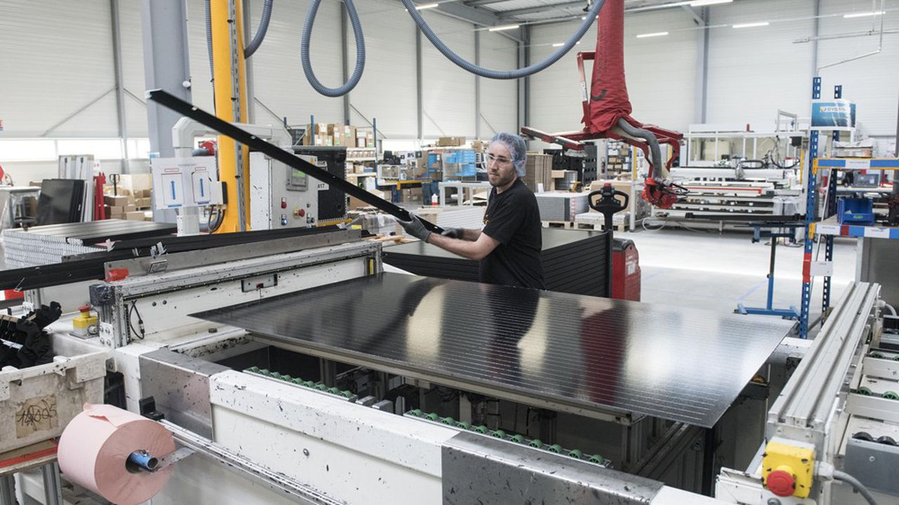 Un technicien dans une usine de panneaux photovoltaïques à Carquefou (Loire-Atlantique).