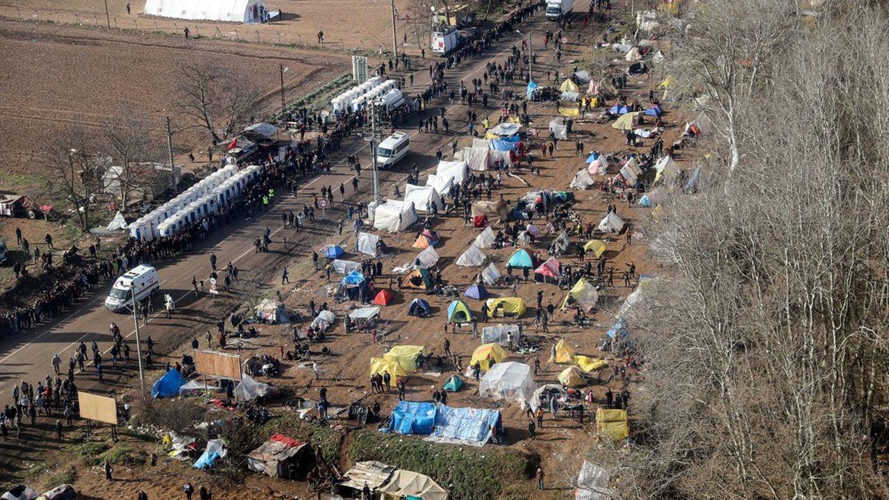 Alors que des milliers de migrants sont désormais bloqués à la frontière, des campements de fortune se sont formés du côté turc.