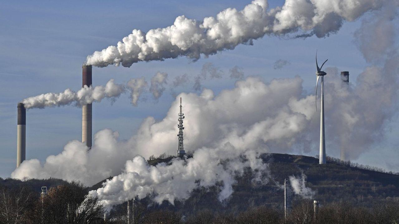 A Gelsenkirchen (République fédérale d'Allemagne), une centrale à charbon voisine avec une éolienne, image symbolique d'une transition énergétique qui, en Europe, s'opère de plus en plus vite au détriment des combustibles fossiles pour produire de l'électricité.