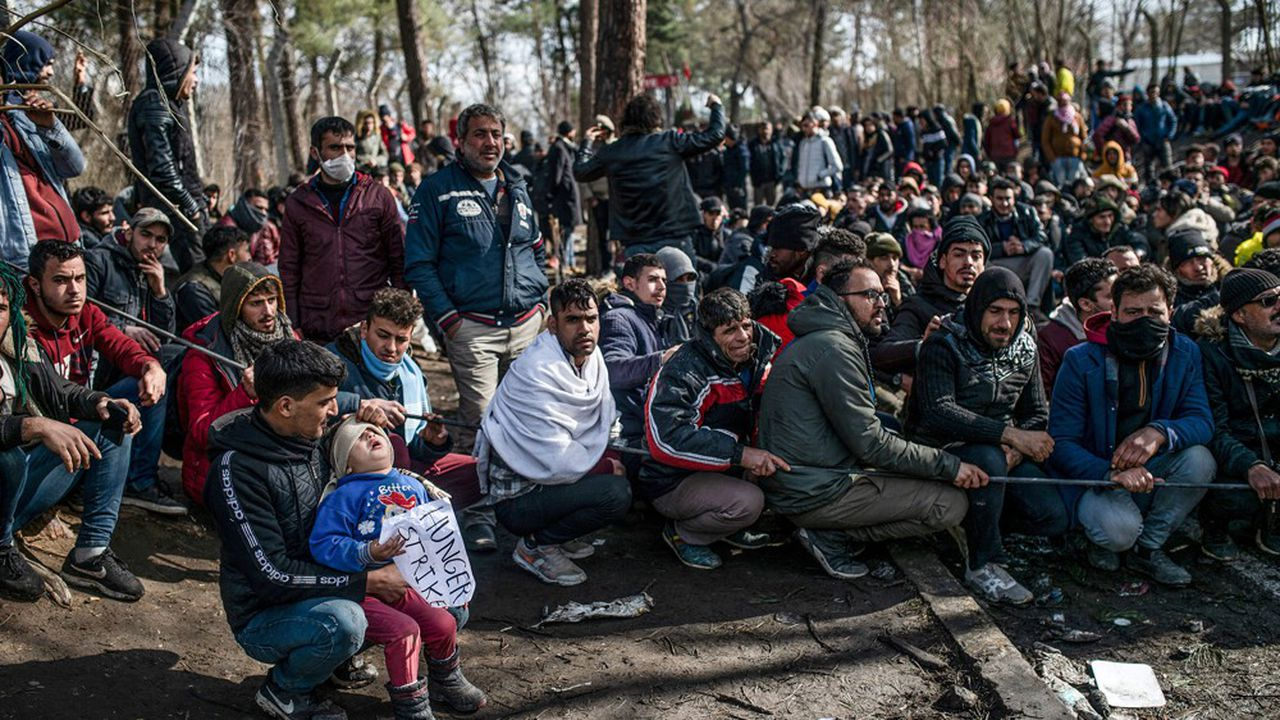 Des migrants stationnent près du poste frontière de Pazarkule, à la frontière entre la Grèce et la Turquie.