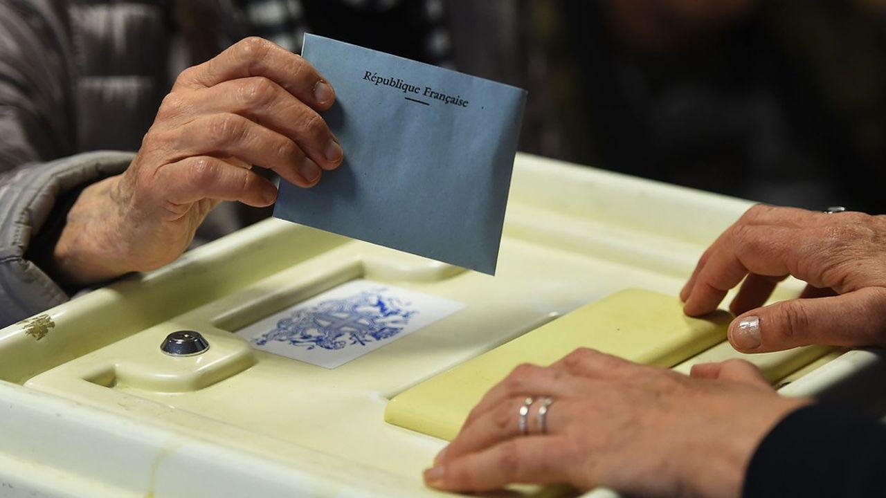 Un électeur peut demander qu'un personnel de police vienne recueillir sa demande de procuration si son état de santé ne lui permet pas de se déplacer.