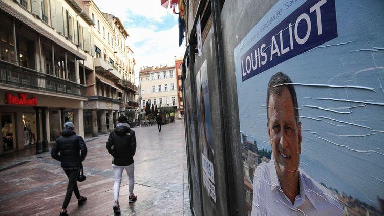 Des panneaux devant la mairie de Perpignan