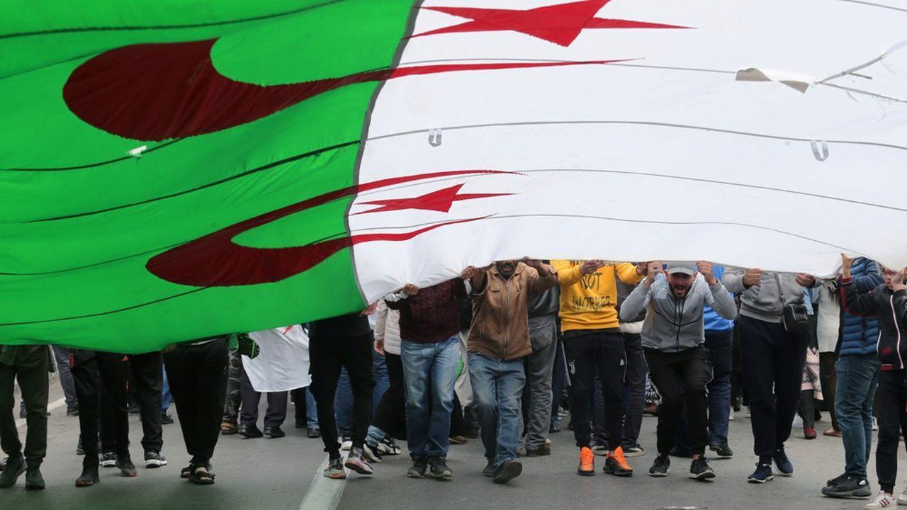 Le prolongement des manifestations ne simplifie pas la tâche du gouvernement algérien confronté à une chute vertigineuse de ses recettesvia la baisse des cours du pétrole.
