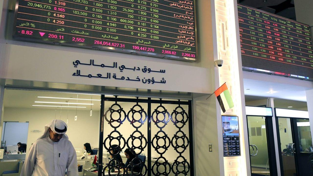 L'Arabie saoudite a fait un dangereux pari et provoqué la chute des cours du pétrole. Un trader des Emirats arabes unis quitte son bureau à Dubaï lundi alors que les Bourses mondiales s'effondraient sous le double effet de la guerre des prix du pétrole et de l'épidémie du coronavirus.