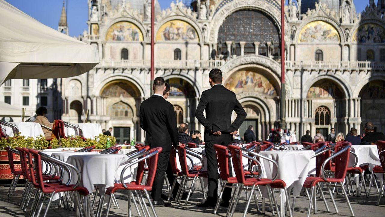 Des serveurs attendent de rares clients à Venise, durement frappée par le coronavirus.