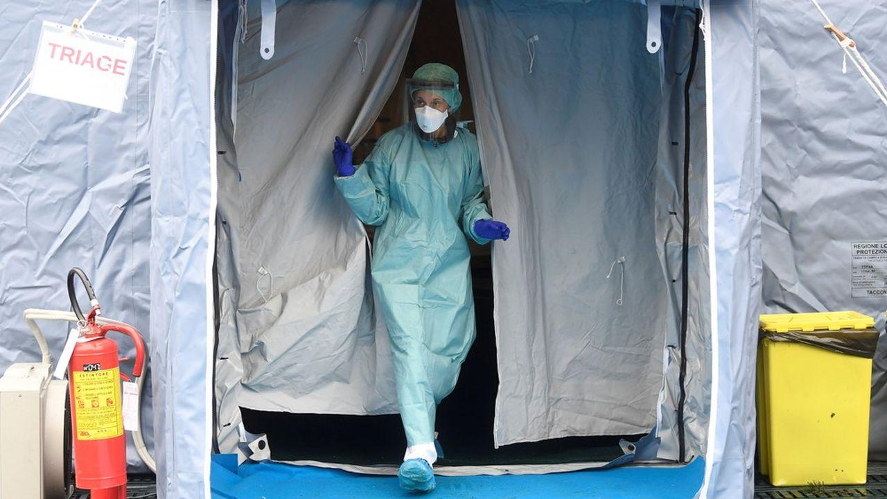«Les patients atteints de coronavirus sont trop nombreux et les autres services hospitaliers sont au bord de la paralysie. Nous sommes allés au bout de nos limites en ce qui concerne le nombre de lits et la mobilisation du personnel médical», affirme le coordinateur de l'unité de crise en Lombardie.