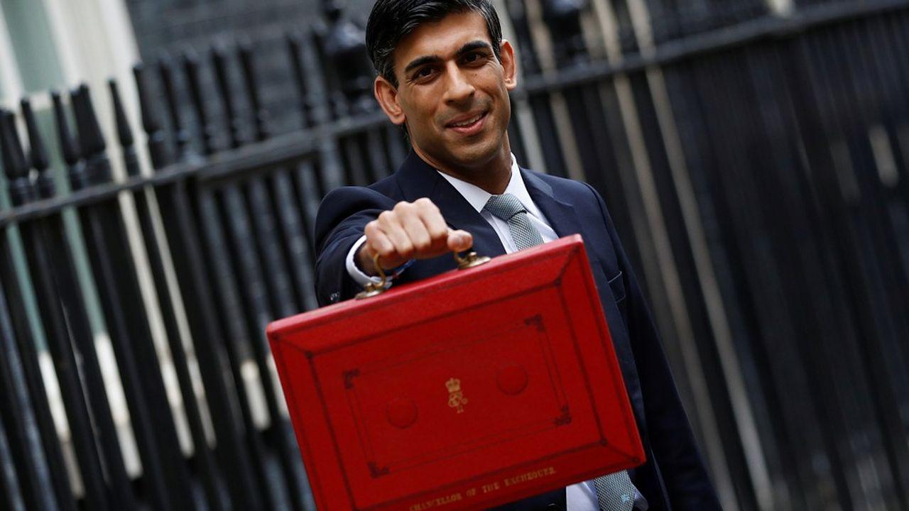 Le chancelier de l'Echiquier, Rishi Sunak, portant la mallette du budget devant le 10 Downing Street.