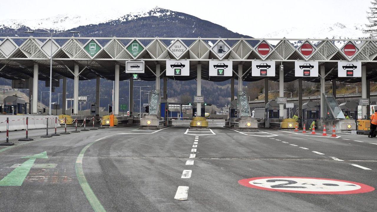 La frontière au péage de Brenner, près d'Insbruck, entre l'Autriche et l'Italie, mardi, après que Vienne a décidé de filtrer les entrées venues de la péninsule.