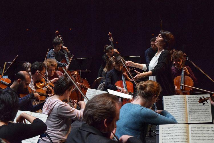 Claire Gibault, l'une des rares femmes cheffes d'orchestre, a créé son ensemble le Paris Mozart Orchestra