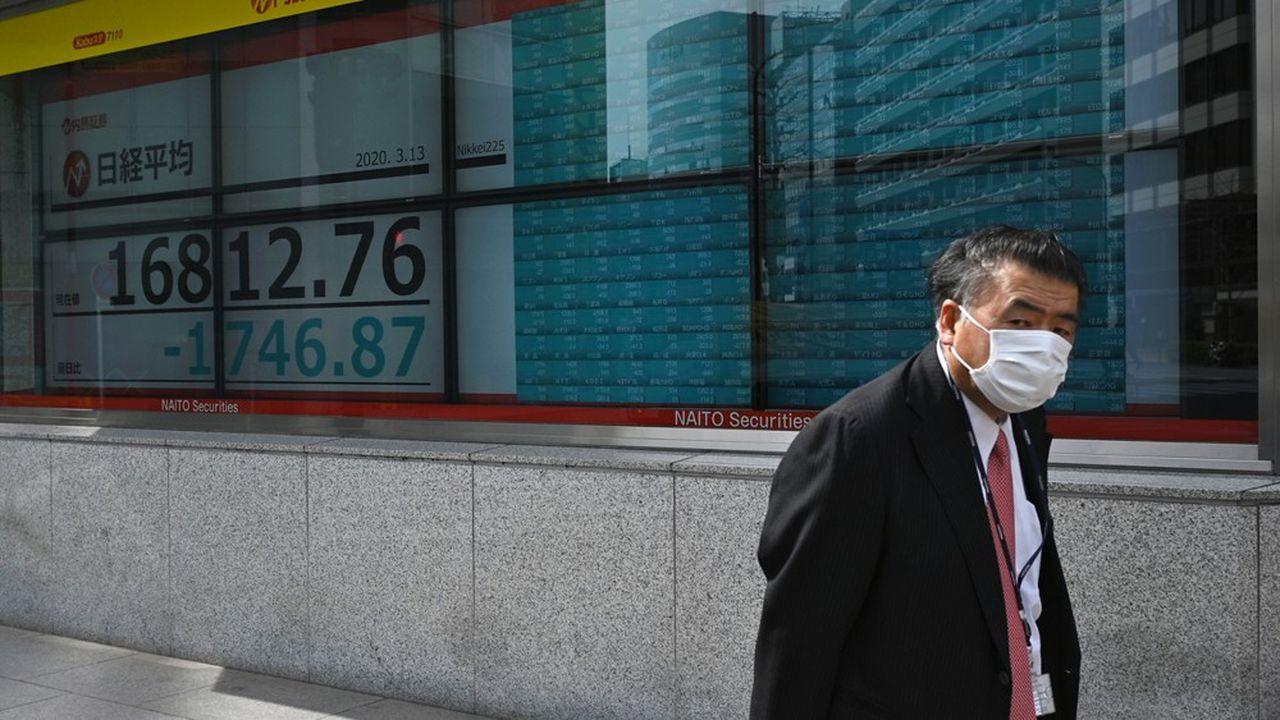 La Bourse de Tokyo a plongé jusqu'à plus de 10% durant la dernière de cette semaine noire.