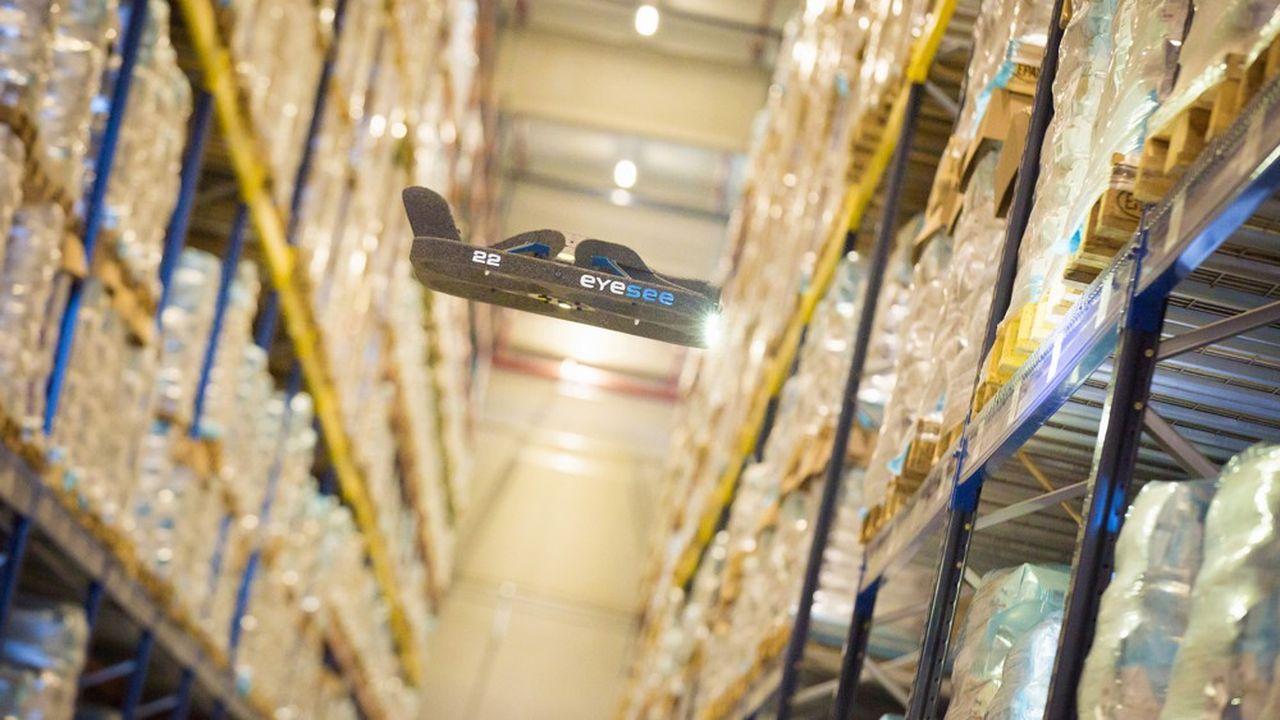 Grâce à son système de géolocalisation ultraprécis, le drone Eyesee est capable de voler entre les rayonnages métalliques afin de transmettre toutes les informations nécessaires au logiciel de gestion d'entrepôt, piloté par un opérateur unique.