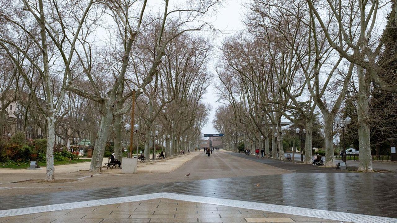 A mesure que l'epidemie de coronavirus augmente, les rues de Montpellier se sont vidées, notamment la place de la Comedie et l'esplanade Charles de Gaulle.