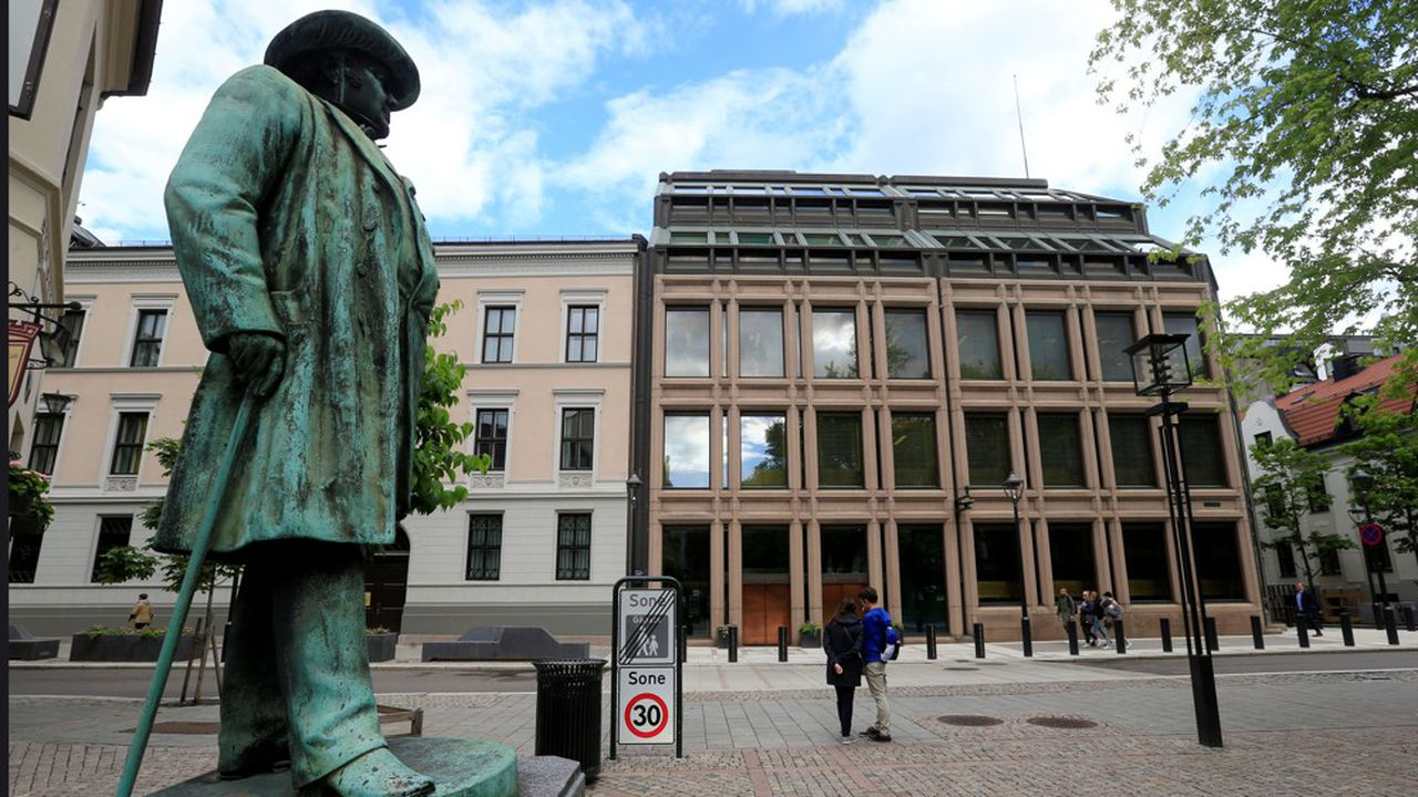 FILE PHOTO: People go about their day near Norway's central bank building in Oslo, Norway May 31, 2017. REUTERS/Ints Kalnins/File Photo