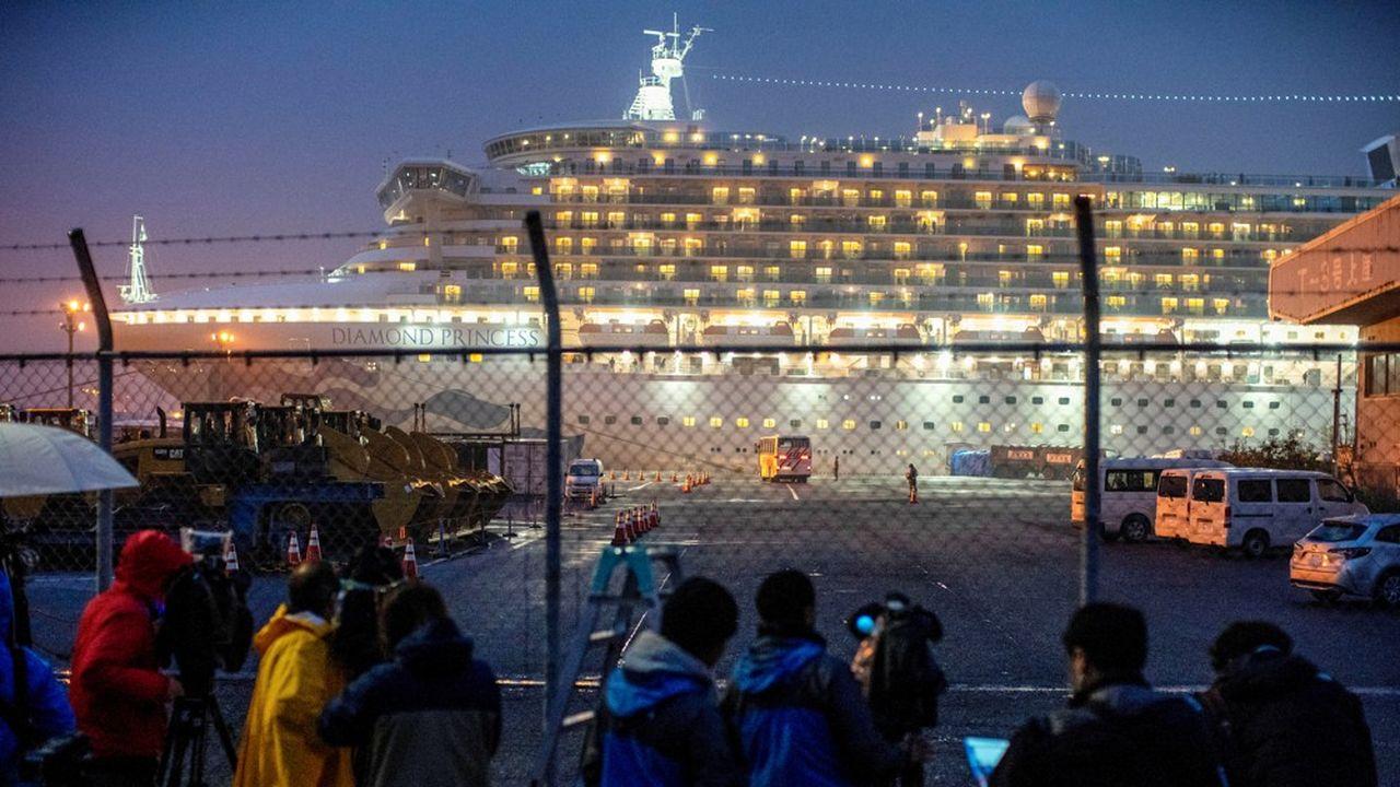 Le 16février, un autocar évacue, dans le port de Yokohama, des passagers du navire de croisière «Diamond Princess», qui a été maintenu en quarantaine pendant deux semaines, après la découverte, le 2février, d'un premier cas de coronavirus à bord. Quelque 700 cas ont été détectés au total.