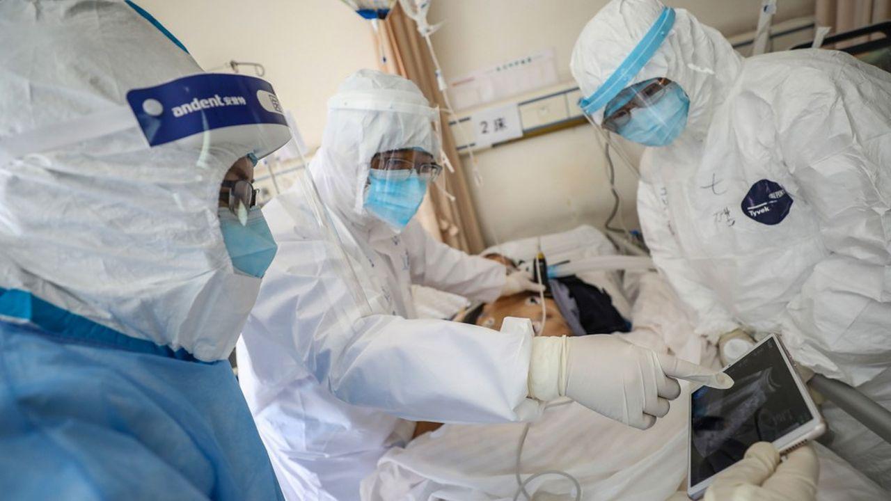 Des médecins s'activent dans un hôpital de Wuhan, là où est partie l'épidémie en décembre.