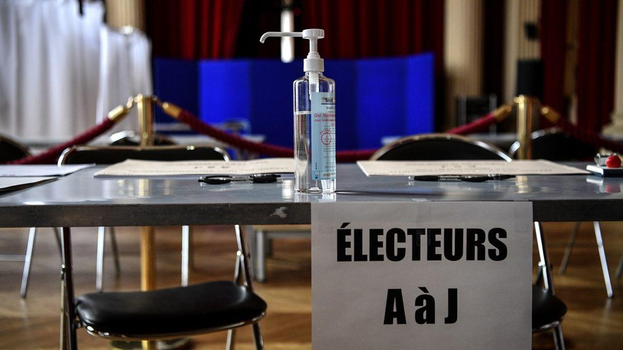 Poignées de porte, tables, isoloirs… dans les bureaux de vote, tout doit être nettoyé avant le vote et des mesures sont prises pour éviter les files d'attente.