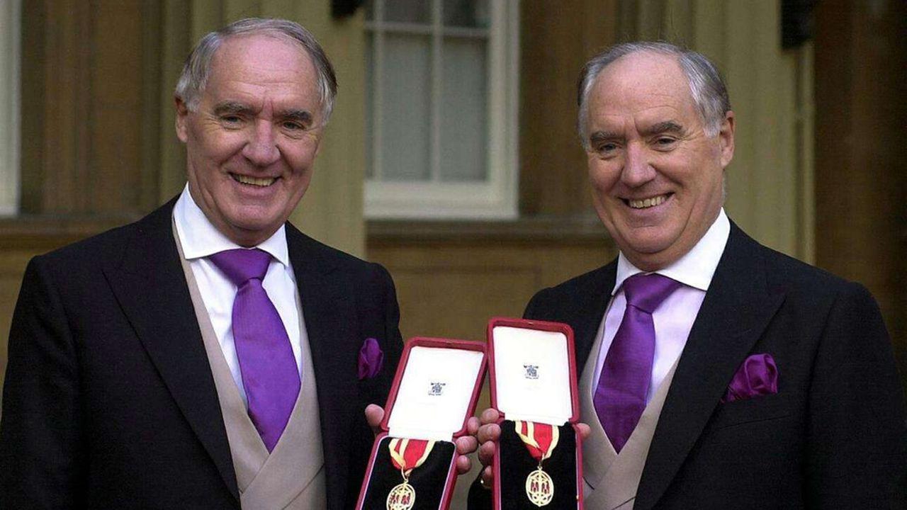 Sir David Barclay, à gauche, et son jumeau, Sir Frederick, ont été fait chevalier par la Reine Elizabeth II au Palais de Buckingham à Londres le 31octobre 2000.