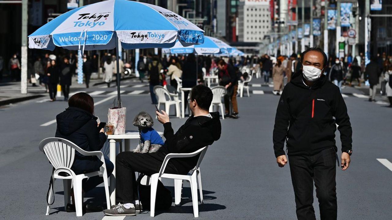 Alors qu'une grande partie de la planète opte pour une stratégie de confinement, le Japon affiche sa sérénité face à l'épidémie de coronavirus.