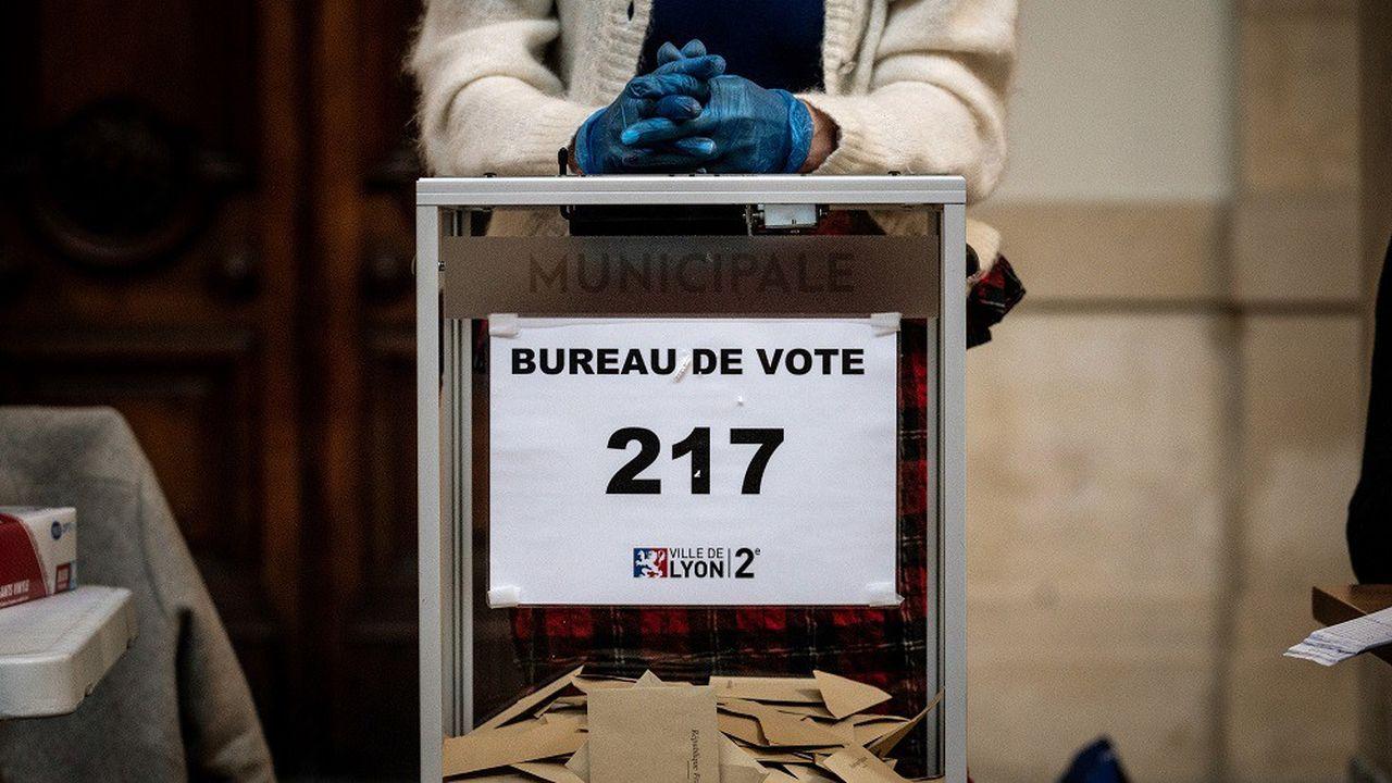 Le code électoral est formel: le scrutin des municipales a lieu un dimanche, «en cas de deuxième tour de scrutin, il y est procédé le dimanche suivant le premier tour» (art. L-56).
