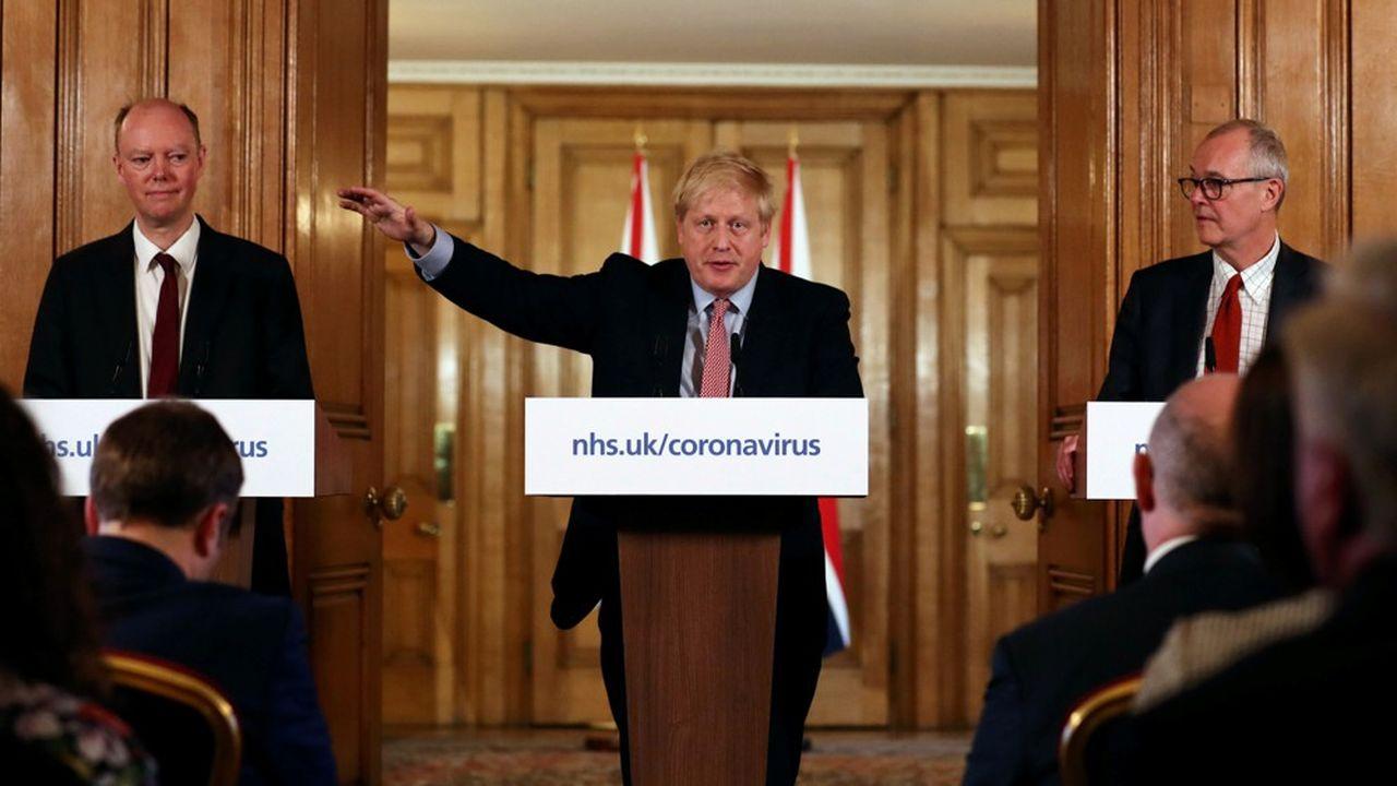 Boris Johnson prend soin de s'entourer de deux experts, le conseiller scientifique en chef Patrick Vallance (à droite) et le médecin en chef pour l'Angleterre Chris Whitty (à gauche), pour montrer qu'il se range, pour décider, à ce que dit la science.