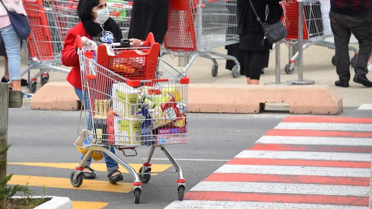 Il n'est pas rare de voir des files de plusieurs dizaines de mètres se former devant les supermarchés.