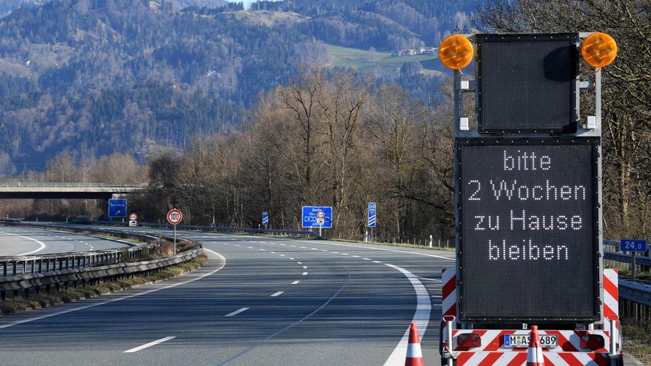 «S'il vous plaîtn restez chez vous pour deux semaines», indique ce panneau près de la frontière entre l'Allemagne et l'Autriche. L'Allemagne a entamé lundi matin des contrôles stricts à ses frontières, ne laissant passer que les marchandises et les travailleurs frontaliers.
