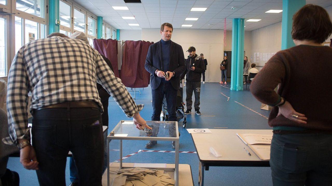 Yannick Jadot dans son bureau de vote, dimanche à Paris.