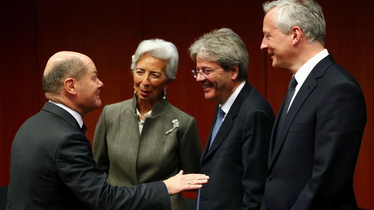 Une réunion de l'Eurogroupe telle qu'elle se déroulait avant l'irruption du Covid-19. Ici le 17février, le ministre allemand des Finances Olaf Scholz converse avec Christine Lagarde, la présidente de la BCE, le commissaire à l'Economie, Paolo Gentiloni et le ministre français des Finances, Bruno Le Maire.