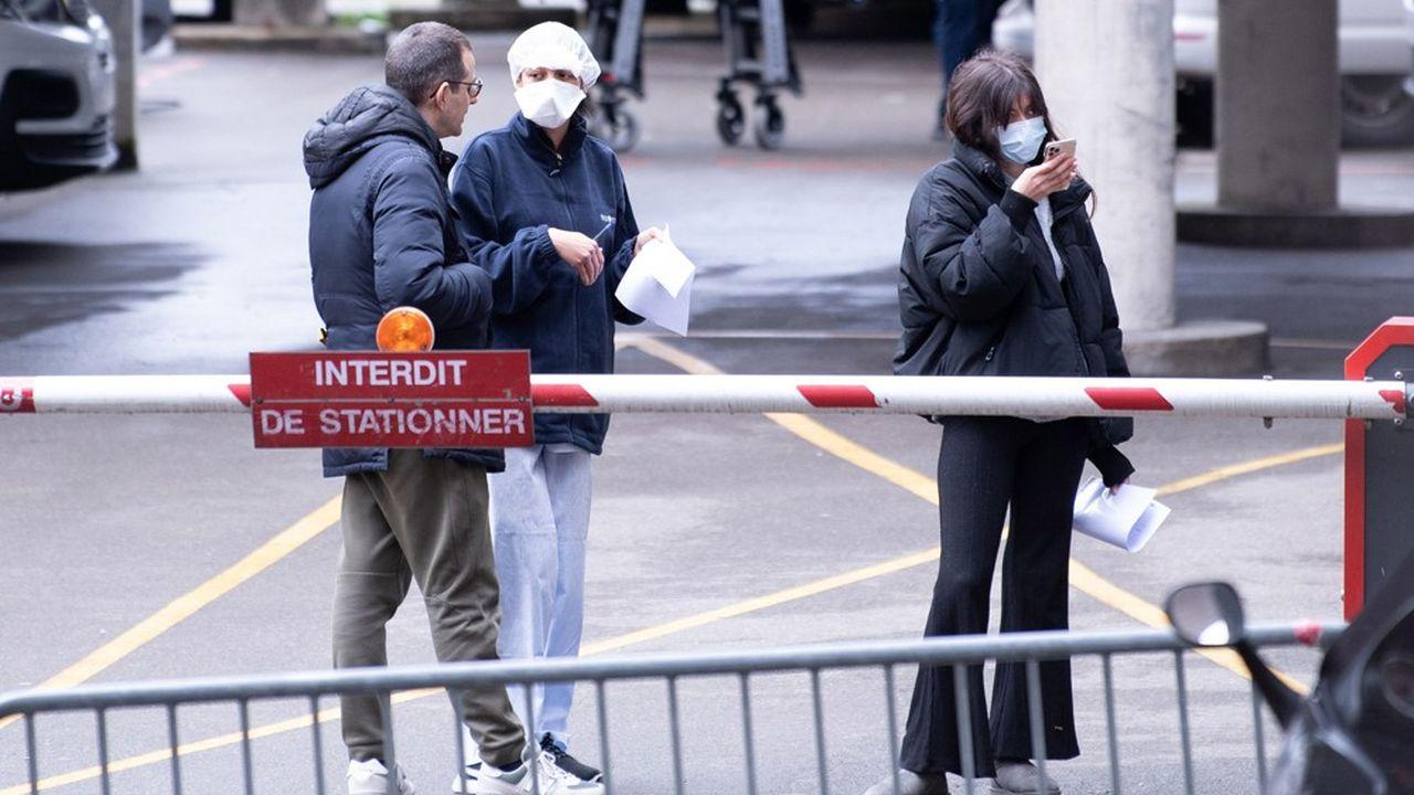 Des personnes suspectées d'être porteuses du coronavirus devant l'hôpital de Créteil (Val-de-Marne).