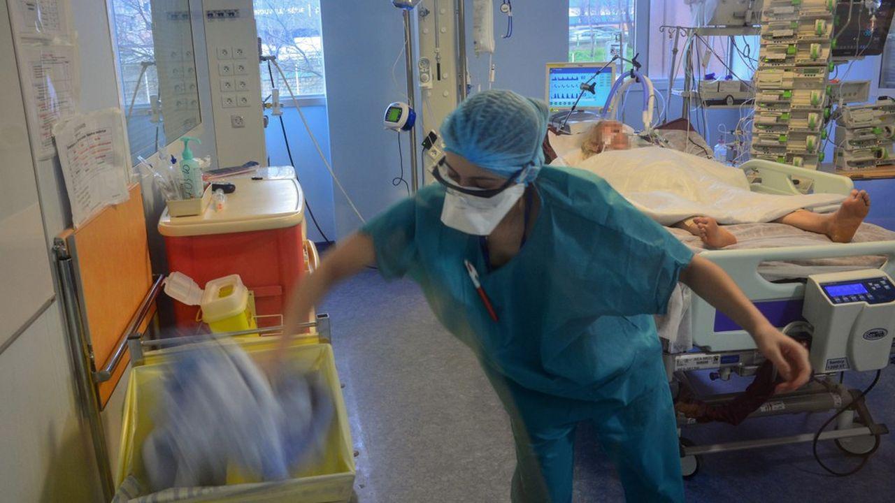 Les masques promis pour les soignants arriveront dès mardi dans les 25 départements les plus touchés par l'épidémie, et dès le lendemain dans les autres départements.