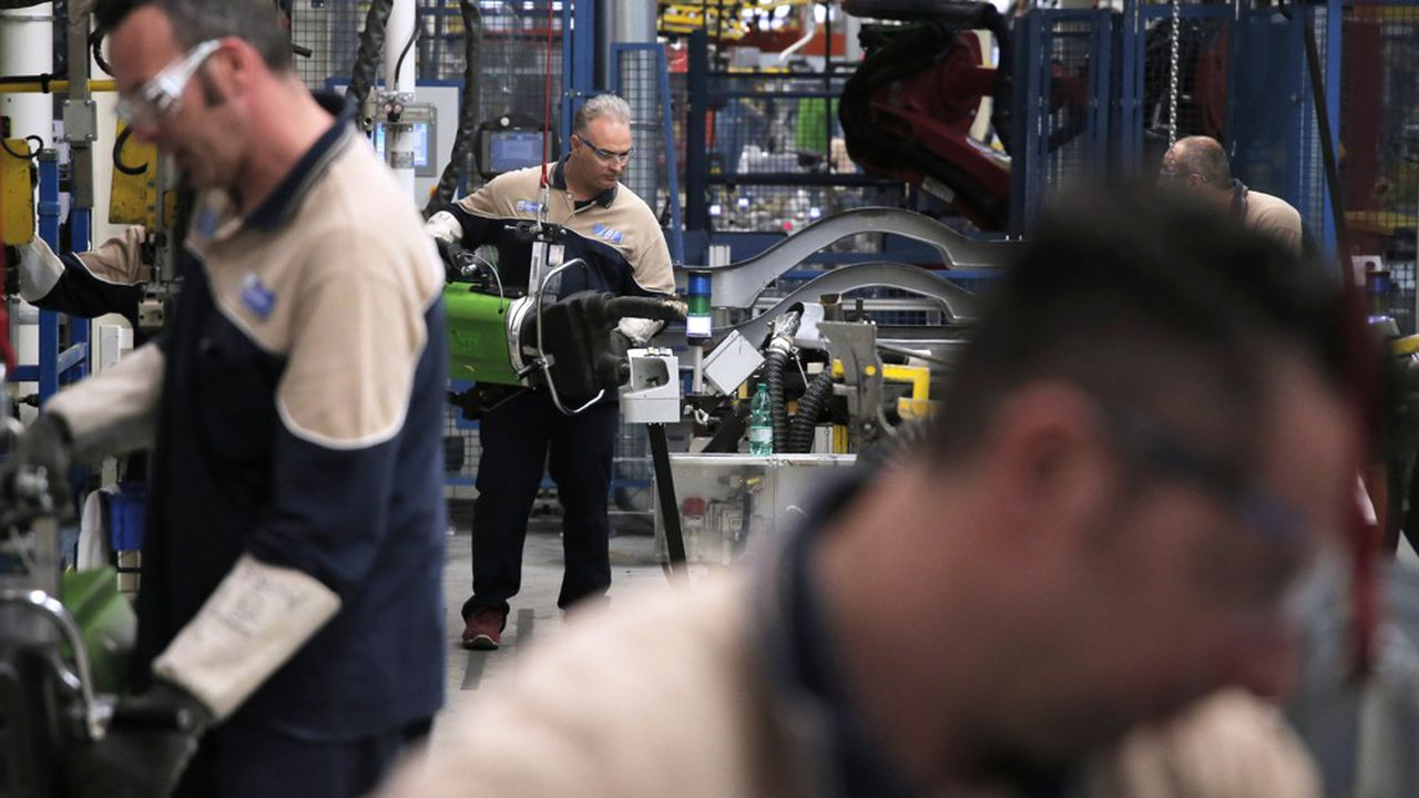 Des salariés d'une usine de Maserati, à Grugliasco.