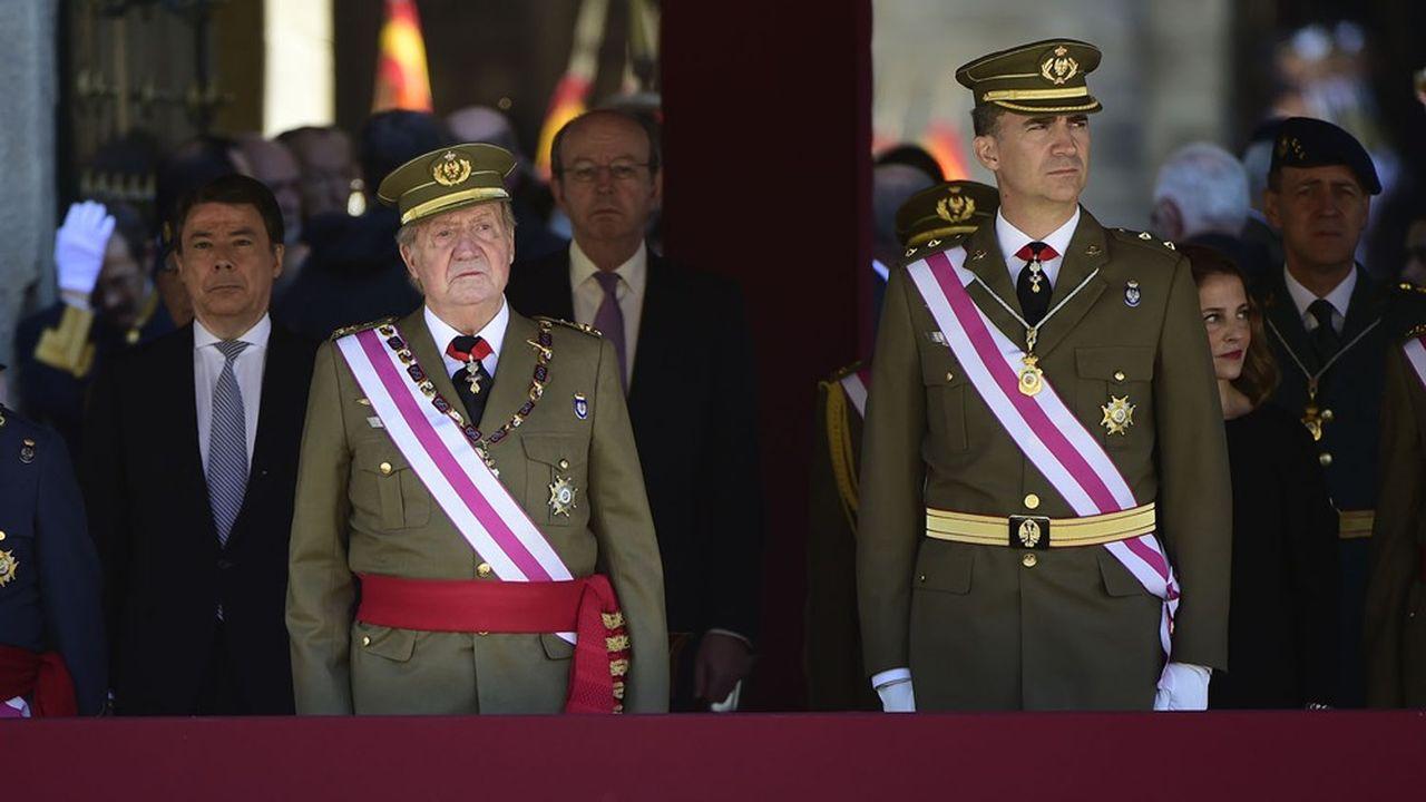 Pour toute une génération, le roi Juan Carlos, âgé de 82 ans ( à gauche sur la photo à côté de son fils Felipe) reste celui qui a facilité le retour de la démocratie, en 1978, après la dictature de Franco.