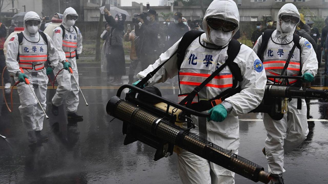 Des soldats des unités de combat chimique prennent part à des exercices organisés par la municipalité de Taipei pour empêcher la propagation du SARS-CoV-2.