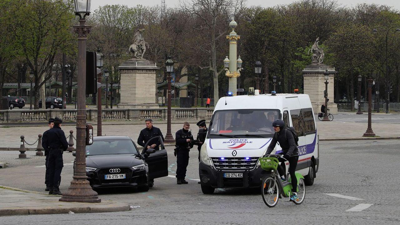 Dès mardi midi, sans perdre une seconde, policiers et gendarmes ont procédé aux premiers contrôles sur le respect des mesures de confinement pour limiter la diffusion du coronavirus. Comme ici à Paris.