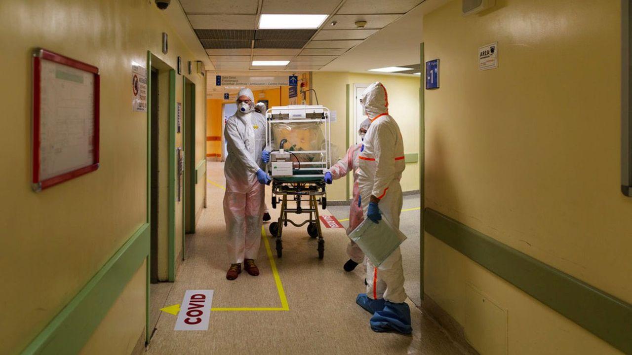 Les personnels soignants manquent cruellement de masques et de combinaisons. Ici l'hôpital Columbus Covid, qui a été désigné comme l'un des nouveaux hôpitaux de traitement des coronavirus à Rome.