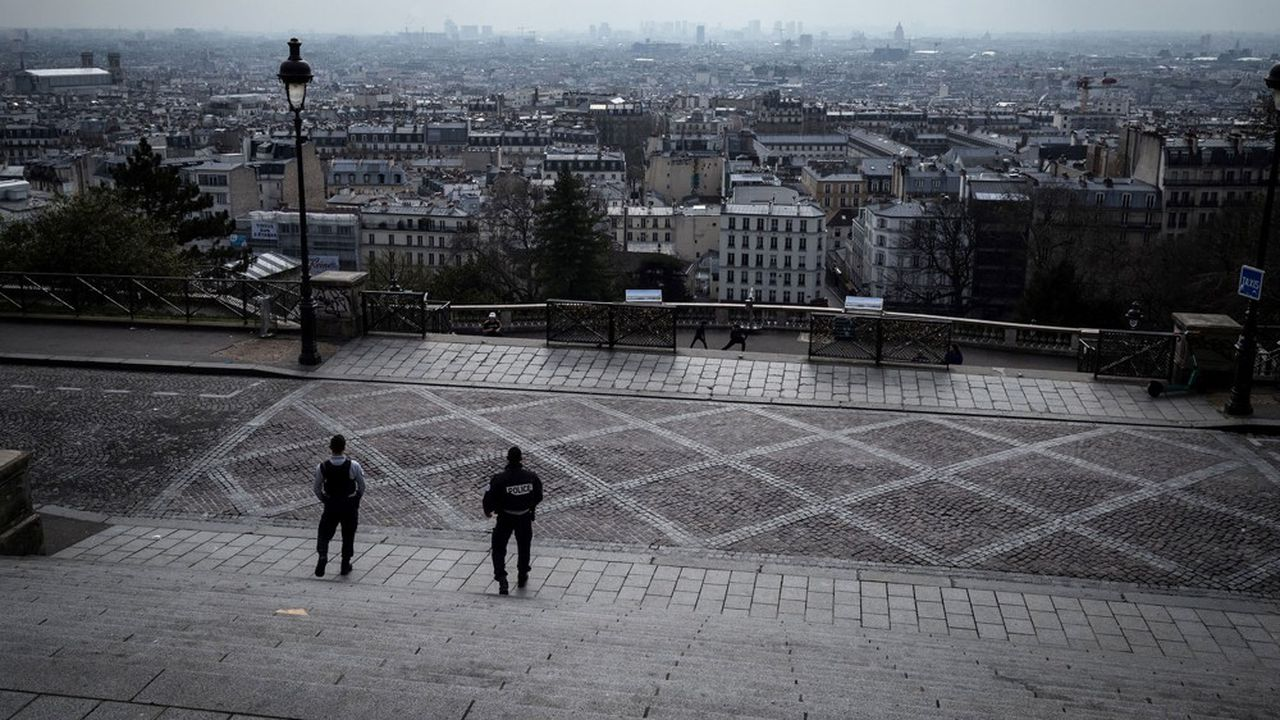 Les Français approuvent à la quasi-unanimité les mesures prises par Emmanuel Macron pour lutter contre l'épidémie de coronavirus. Mais ils estiment aujourd'hui qu'il aurait dû reporter le premier tour des élections municipales