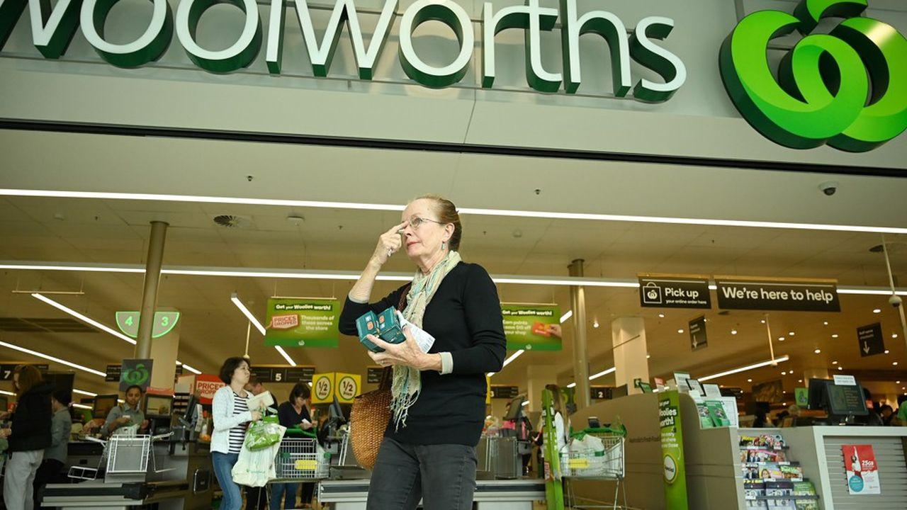 Face à la frénésie d'achats de stockage des consommateurs, la plus grande chaîne de supermarchés d'Australie n'ouvre ses portes, entre 7heures et 8heures, qu'aux retraités et aux invalides.