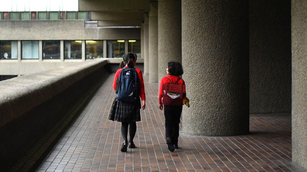 Des écolières londoniennes quittent l'école le mardi 17 mars. C'est seulement le lendemain que la décision de fermer toutes les écoles sera prise au Royaume-Uni.