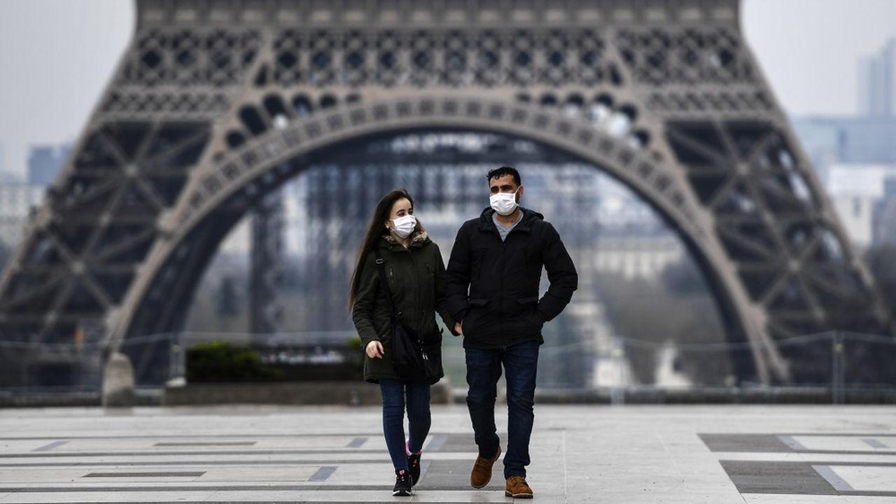 Un couple marche sur l'esplanade du Trocadéro à Paris.