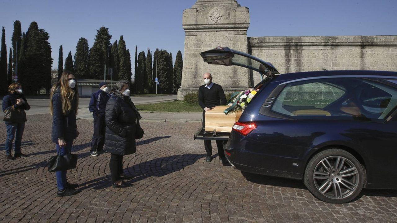 En Italie, les proches peuvent assister à une très courte cérémonie de funérailles en streaming ou sur WhatsApp, le plus souvent sans messe avec une simple bénédiction. Et ils ne sont pas plus de cinq à être autorisés à se rassembler autour du cercueil.