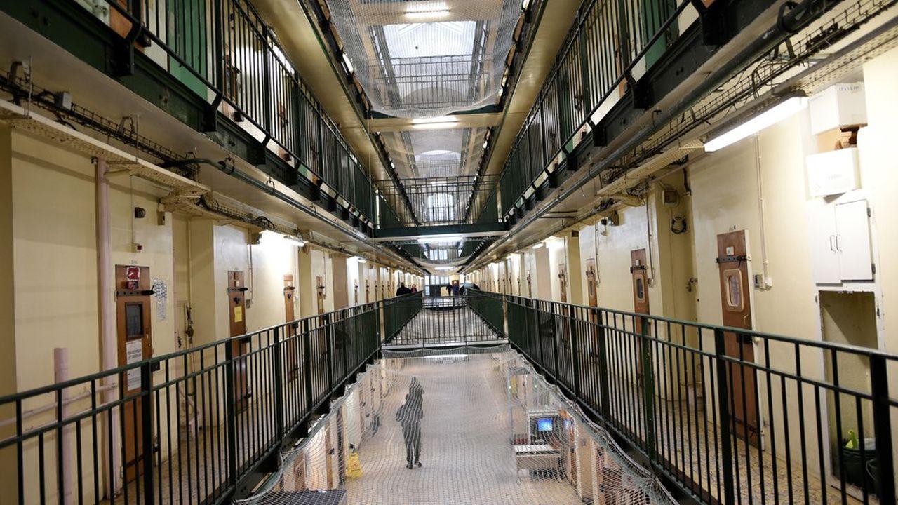 L'entrée en vigueur des mesures générales de confinement a des conséquences sur la vie quotidienne des détenus: les intervenants extérieurs ne peuvent plus se rendre en prison pour y encadrer les activités ou le travail et les familles sont dans l'impossibilité d'accéder aux parloirs, qui sont de fait suspendus.