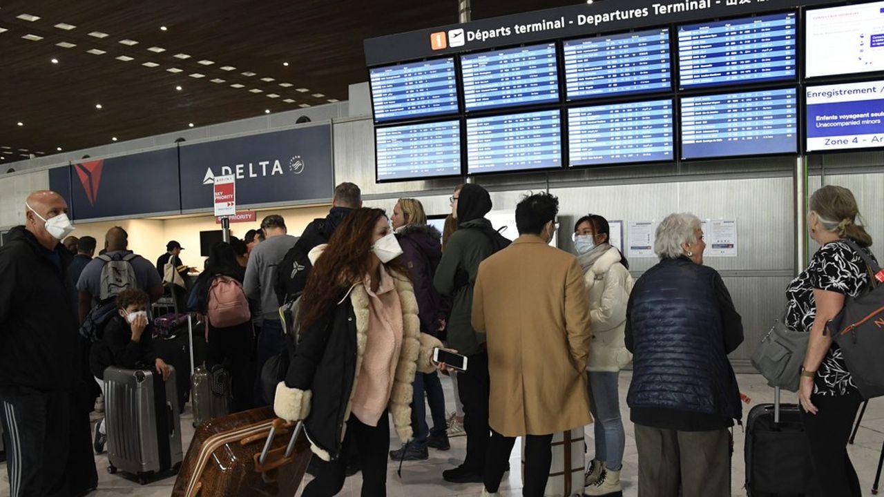 Les passagers scrutent avec angoisse les prochains vols dans les aéroports un peu partout dans le monde.