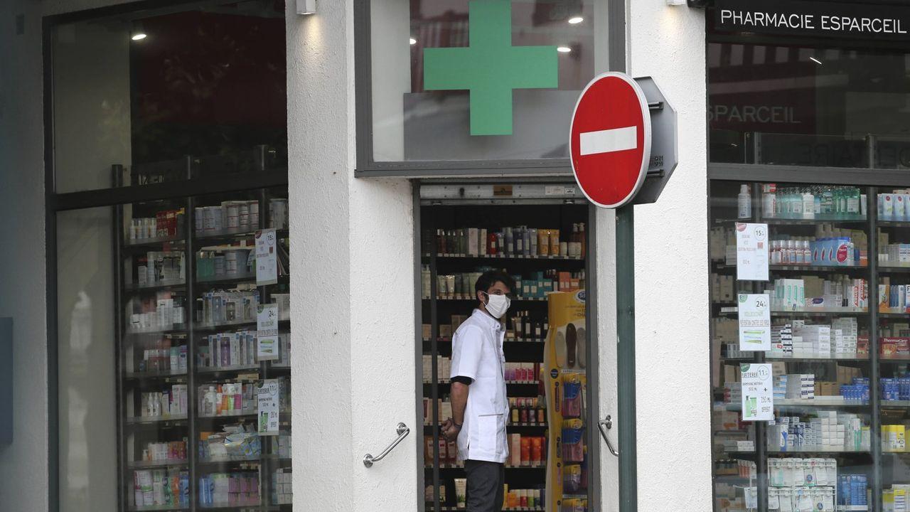 Un pharmacien à Saint Jean de Luz, le 17 Mars.