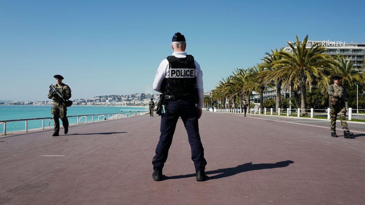 Comme ici la Promenade des Anglais à Nice, les rues des villes sont vides. Mais les règles sont encore insuffisamment respectées