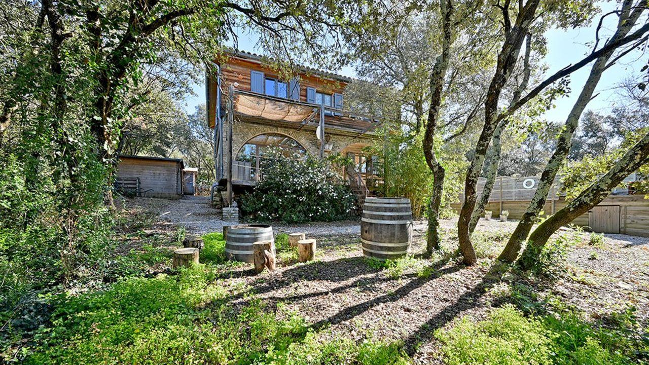 Cette maison écologique d'environ 190 m² est située au calme dans le département du Gard, à quelques minutes de Quissac et à 35 minutes de Nîmes.